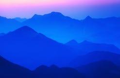 在山的有雾的风景 库存照片