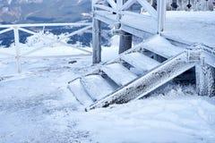 在山的木楼梯在冬天 库存图片