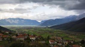 在山的村庄领域 免版税库存图片
