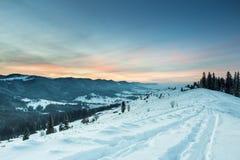 在山的桃红色日落 免版税库存图片