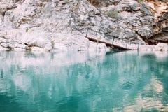 在山的桥梁与河 库存图片