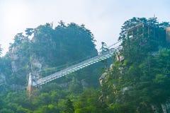 在山的桥梁 免版税库存照片
