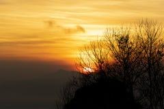 在山的橙色日出 免版税库存图片