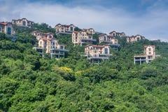 在山的欧洲风格的别墅 免版税库存图片
