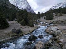 在山的河奔跑 库存图片