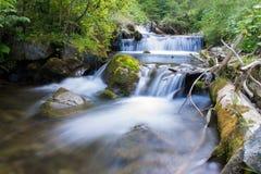 在山的河流程 免版税图库摄影