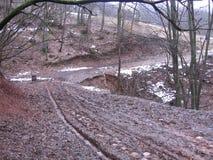在山的泥泞的路 免版税库存照片