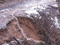 在山的泥泞的路 免版税图库摄影