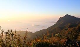 在山的海薄雾 免版税图库摄影