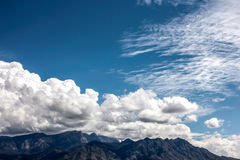 在山的深蓝天在新墨西哥 免版税库存图片