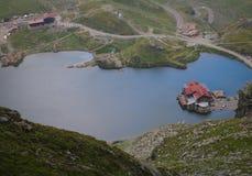 在山的湖小屋 免版税库存图片