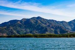在山的湖视图 免版税库存照片