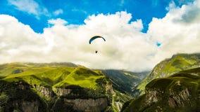 在山的滑翔伞 Svanetia,乔治亚,欧洲 免版税库存图片