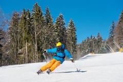 在山的滑雪者骑马在一个晴朗的冬日 免版税库存图片