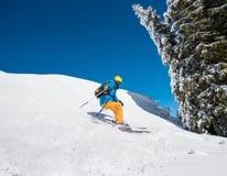 在山的滑雪者骑马在一个晴朗的冬日 库存图片