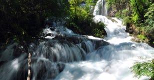 在山的瀑布在九寨沟风景名胜区名胜 库存照片