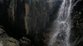 在山的瀑布在慢动作 慢动作移动式摄影车射击 股票录像