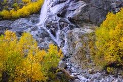在山的瀑布在金黄秋天 免版税图库摄影