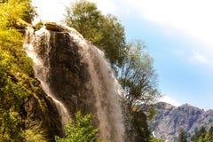 在山的瀑布 明亮的横向 塔吉克斯坦 免版税库存照片