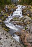 在山的瀑布 免版税库存图片