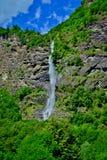 在山的瀑布 库存图片