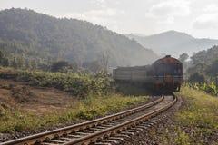 在山的火车 库存图片