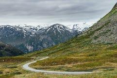 在山的狭窄的弯曲道路 库存照片