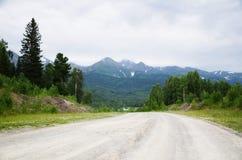 在山的理想主义的路 免版税库存图片