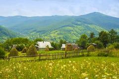 在山的瑞士山中的牧人小屋 免版税库存照片