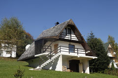 在山的瑞士山中的牧人小屋 库存照片
