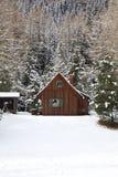 在山的瑞士山中的牧人小屋 免版税库存图片