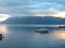在山的瑞士湖日落 库存图片