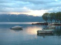 在山的瑞士湖日落 库存照片