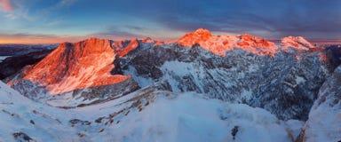 在山的生动和壮观的日落 令人惊讶的场面照片在欧洲阿尔卑斯 对斯洛文尼亚的高山的看法 ?????? 免版税库存照片