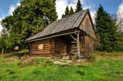 在山的田园诗小屋 免版税图库摄影