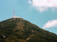 在山的电信天线 库存照片