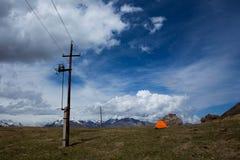 在山的电线 免版税库存照片