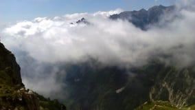 在山的白色云彩 库存照片