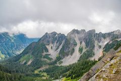在山的看法在雨前 库存照片