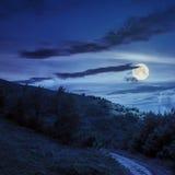 在山的石渣道路在晚上 库存图片