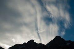 在山的神秘的云彩 库存照片
