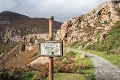 在山的私家路标志 免版税库存照片