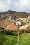在山的私家路标志 库存图片