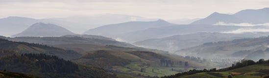 在山的秋天有雾的早晨 免版税库存图片