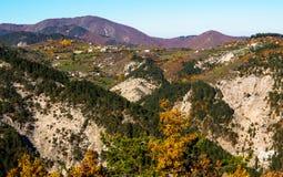 在山的秋天 建造者 库存照片