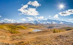 在山的秋天 风景全景 免版税图库摄影