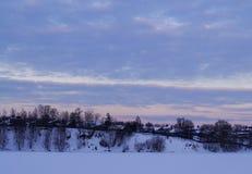 在山的积雪的树在日落 美好的冬天landscape.3d图象 免版税库存图片