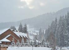 在山的积雪的瑞士山中的牧人小屋,与拷贝空间的冬天背景 库存图片