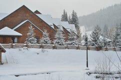 在山的积雪的瑞士山中的牧人小屋,与拷贝空间的冬天背景 库存照片