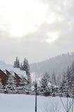 在山的积雪的瑞士山中的牧人小屋,与拷贝空间的冬天背景 图库摄影